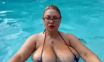 Samantha-BBW-juega-con-sus-globos-en-la-piscina.jpg