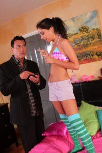 Película porno Canguro evita el despido dejando que el jefe le rompa el culo (Trinity St Clair) XXX Gratis